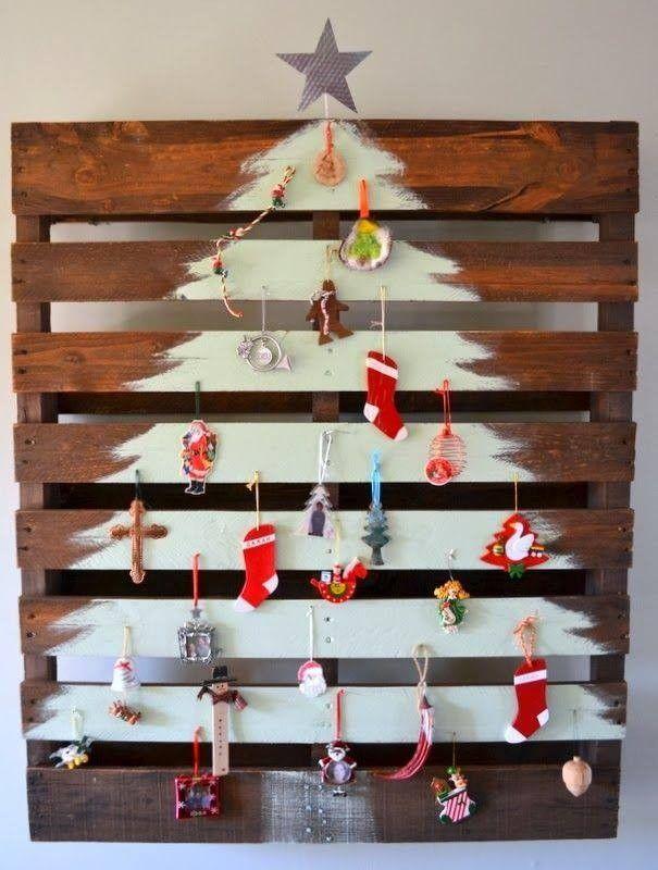 """Une palette, un peu de peinture blanche, des décos de Noël """"faites maison"""" et voilà un beau sapin de Noël blanc qui ravira tous les enfants et même les plus grands."""