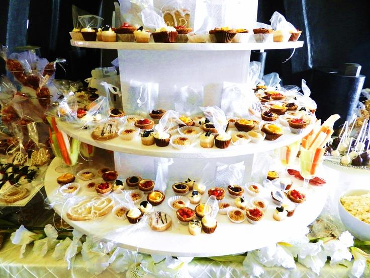 Minipays de queso cubiertos de fresa, mango y zarzamora en mesa de postres para boda!!