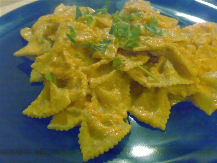 Un classico primo piatto, la ricetta delle farfalle alla polpa di granchio, piatto semplice e gustoso. Ingredienti farfalle alla polpa di granchio per3 persone 300 gr. di pasta (formato farfalle o penne, tagliatelle) 1 scatoletta di polpa di granchio (meglio se senza chele) un po' di passato di pomodoro un po diprezzemolo 1 confezione di panna da cucina mezzacipolla peperoncino sale olio un po' di vino bianco (opzionale) Preparazione farfalle alla polpa di granchio Mettere un po...