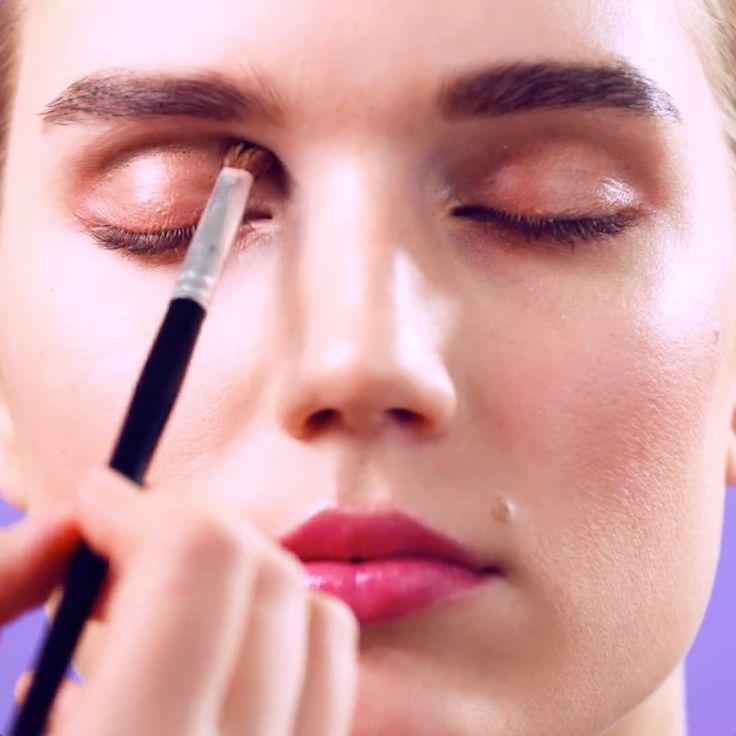 Förstärk ögonens konturer med bruna ögonskuggor och de kommer att se större, djupare och vackrare ut.