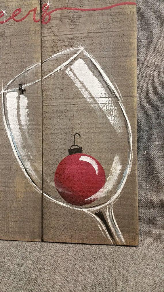 Vino di Natale, Pallet parete Art Decor, lampadina rossa di Natale, decorazioni di Natale, legno recuperato, Distressed vino vetro, dipinto a mano  Originale dipinto acrilico su legno pallet rigenerato che è macchiata di una macchia grigia basati su acqua.  Questo pezzo unico è di 15 in x 11 in.  Dare un tocco personale, shabby chic con questa opera darte rustica alla tua cucina o il bar zona per le vacanze.  Tutte le mie creazioni sono realizzate di lastre bonificate. Sono dipinti a mano e…