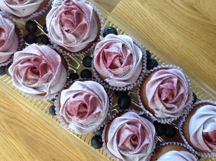 Cupcakes med blåbærfrosting - opskrift på bloggen.