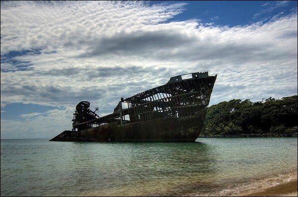 Cargo abbandonato sulle rive del Roatan, Honduras