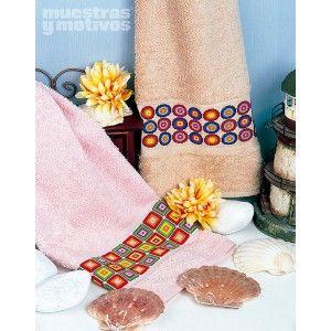 Toallas con banda de diseños geométricos para bordar en punto de cruz. #muestrasymotivos #toallas #puntodecruz