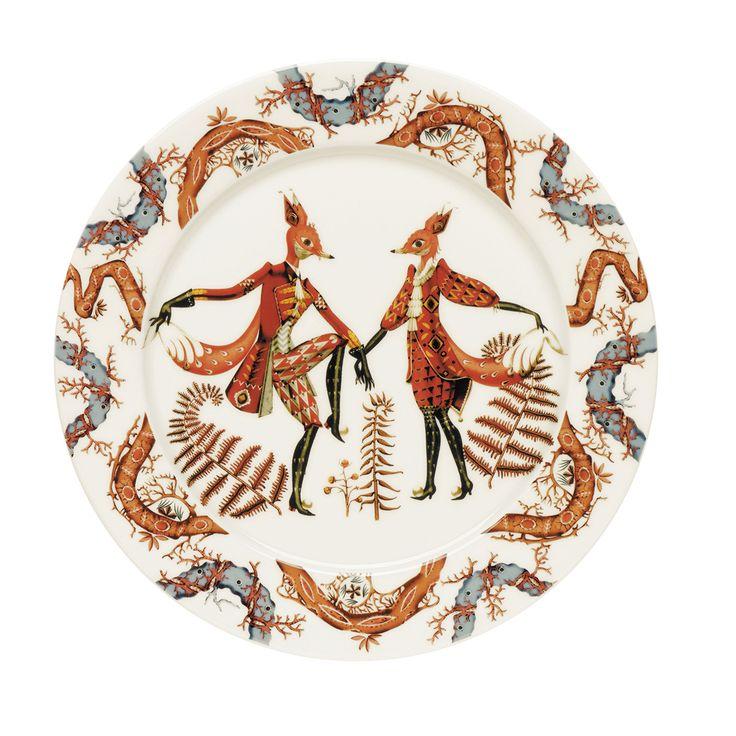 """La linea tableware Tanssi, ispirata alla favola ceca """"La piccola volpe astuta"""" comprende piatti, ciotole, tazze e barattoli realizzati in ceramica e decorati con le tonalità calde del grigio, del marrone e del rosso. Qui viene proposto il paitto da portata per servire le tue pietanze preferite. Guarda online gli altri piatti firmati Iittala. Questo piatto è adatto all'uso in forno, in microonde e in lavastoviglie."""