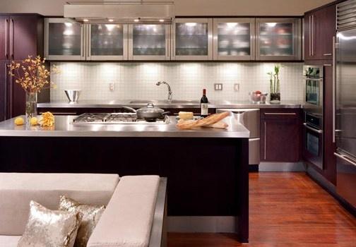 Come qualsiasi altra stanza, la cucina ha bisogno di un piccolo insieme di luci d'atmosfera. Vediamo come! http://www.leonardo.tv/cucina/arredare-cucina-piccola-disposizione-luci