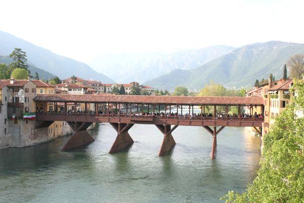 Il Ponte Vecchio di Bassano del Grappa, opera dell'architetto Palladio (1569) è costruito interamente in legno. http://www.jonas.it/vacanza_bici_elettrica_italia_1315.html