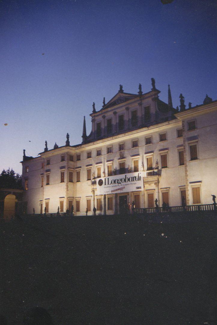 Facciata Castello di Udine di notte