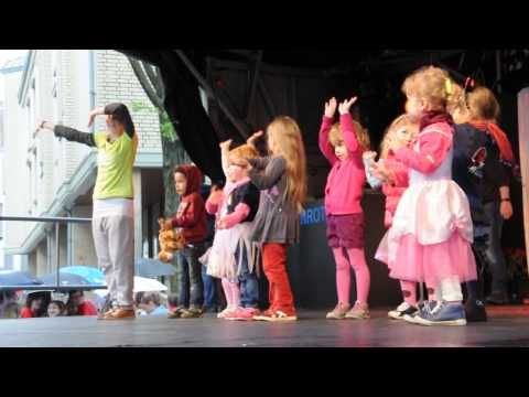 """Kindertanz-Auftritt """"Der Körperteil Blues"""" (Tanzschule Weissenberg Leinewebermarkt 2013) - YouTube"""