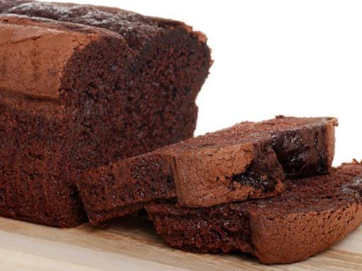 Recette de Cake au chocolat 150 g de chocolat pâtissier - 3 oeufs - 100 g de sucre en poudre - 60 g de farine - 1 cuillère à café de levure - 80 g de beurre - 50 g de poudre d'amandes