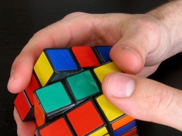 Http://static.batanga.com/sites/default/files/styles/full/public/curiosidades.batanga.com/files/8-cosas-que-no-sabias-sobre-el-cubo-de-Rubik-5.jpg?itok=tOs-1i-_. Este método consiste en resolver el cubo de Rubik por capas, primero la superior, luego...