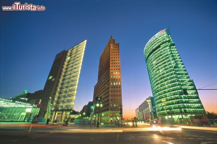 GERMANIA , Berlino. Potsdamer Platz è uno dei simboli della nuova Berlino, dopo gli anni della Guerra Fredda e del Muro.