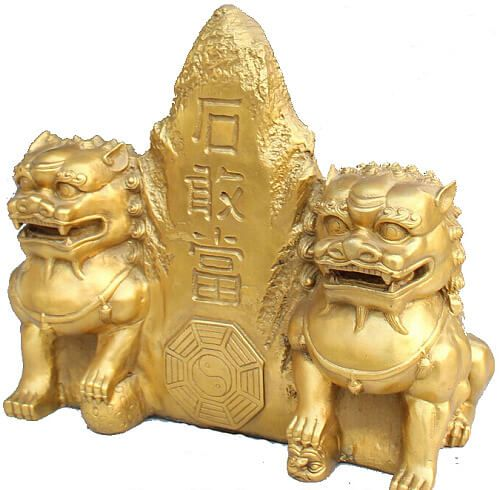 "Magická moc kamenných mohýl vo Feng Shui.   Meno hrdinského ducha Shi Gandanga je odvodené od zdroja jeho sily (shigandang = kamenná doska, mohyla). Toto božstvo je vlastne ""duchom skál"" a jeho sila a esencia je silou a esenciou skaly."