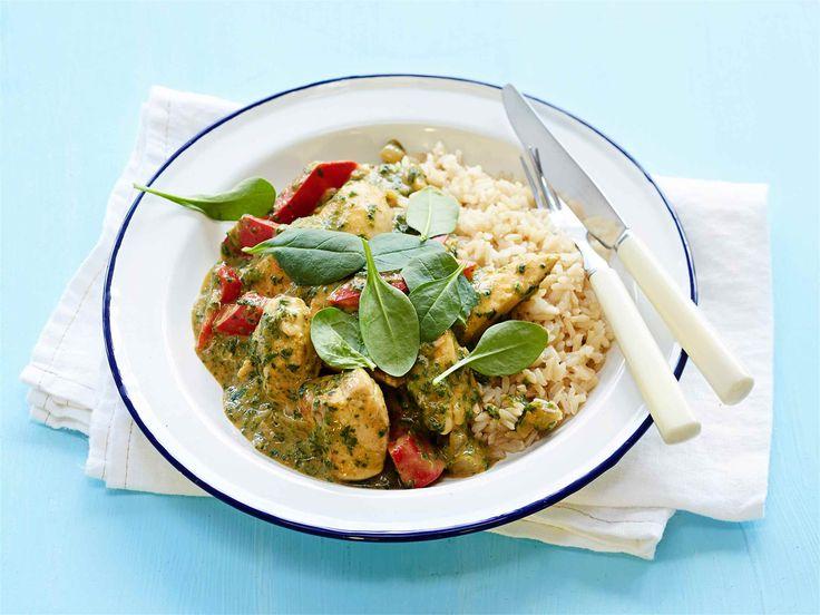 Kanacurry Valmiilla currytahnalla maustat helposti etnisen kanacurryn. Lisää pakastepinaatti ruokaan aivan lopussa, jotta se säilyttää kauniin värinsä ruokapöytään saakka. #valio #resepti #ruoka #recipe #food http://www.valio.fi/reseptit/kanacurry/
