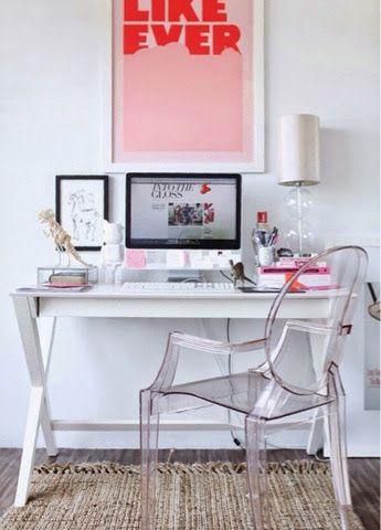 Oi pessoinhas!!!     Recentemente eu ganhei uma escrivaninha para o meu quarto. IUPI!!! Estava precisando de um lugar para estudar e mexer n...