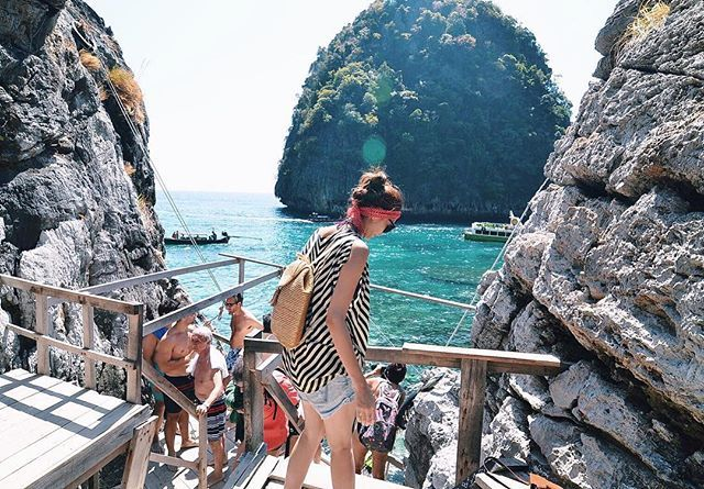 Throwback to my previous trip to #MayaBeach, #Thailand. Look at the view! Isn't it breathtaking? Anyone planning to come here for the #longweekend or upcoming #summer #vacay?  If you're going to #Phuket or anywhere in Asia and still looking for affordable hotels, I would recommend you to book via @MisterAladin! Mumpung lg ada #HotelFair nih sampe tgl 1 Mei. Gak hanya harganya yang menarik (up to 75% off) tapi pilihan-pilihan hotelnya pasti yang sesuai dengan #LiburanGayaKamu. Don't miss out…