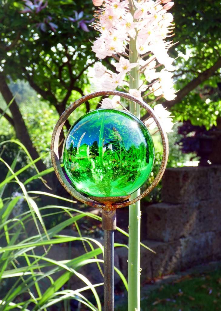 Strahlende Glaskugel mit Einschlüssen auf einem Dekostab mit Einfachring - Gärten für Auge & Seele