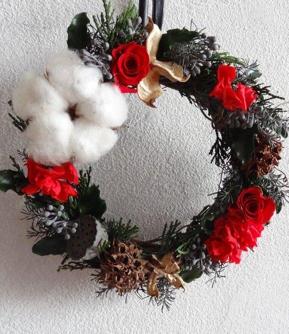 「ハンドメイドクリスマス2013」プリザーブドのローズやカーネーション、グリーン、綿の実、木の実等を使い、ナチュラルにこだわったリースに仕上げました。クリスマ...|ハンドメイド、手作り、手仕事品の通販・販売・購入ならCreema。