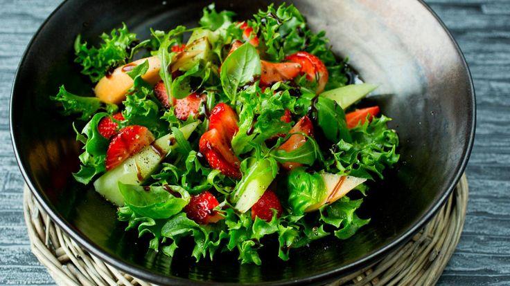 Norske jordbær er smaken av sommer! De kan fint kombineres i en grønn salat med andre sommerlige frukter som melon. Deilig tilbehør til grillmat, fisk eller kjøtt.