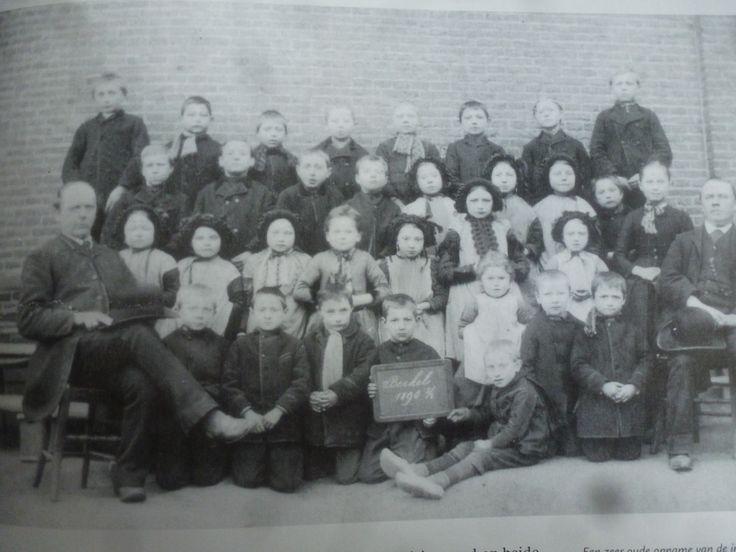 Een zeer oude opname van de in 1879 gestarte Berkelse openbare school Op deze foto uit 1890  zien we hoofdonderwijzer Rochus van Pelt(rechts) en hulponderwijzer Andreas Jacobus Bult. Nog 8 meisjes met de zwarte kindermuts op.