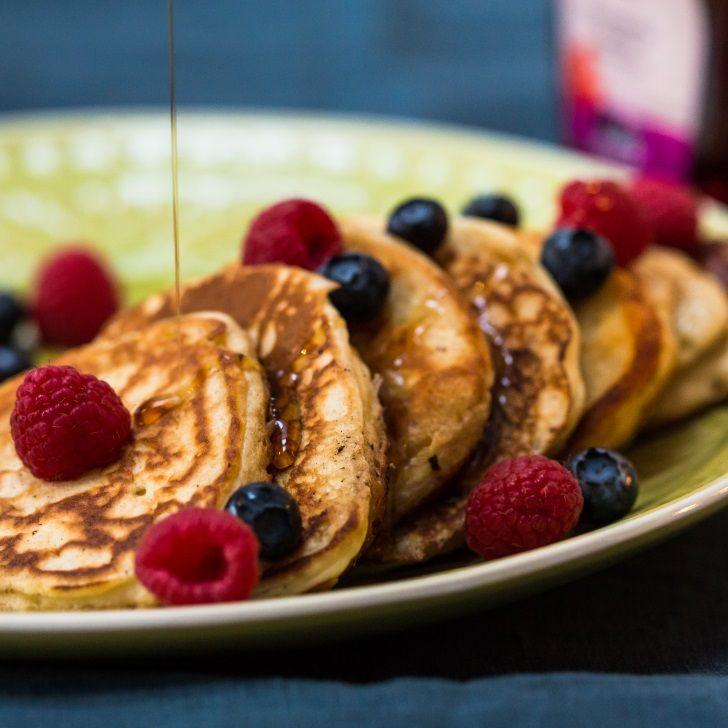 Amerikanske pandekager med bær og ahornsirup