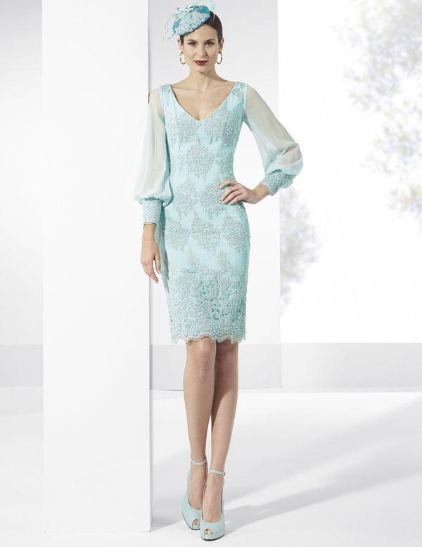 Vestido de fiesta corto color turquesa de tul bordado con pedrería y crep. Mangas abullonadas de gasa con puños de tul bordado.  Diseño Franc Sarabia