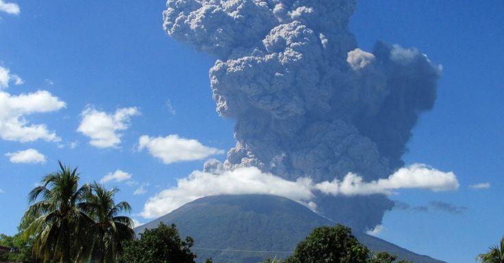 30.dez.2013 - O vulcão Chaparrastique, em San Miguel (El Salvador), expele cinzas depois de entrar em erupção, pela primeira vez em 37 anos Imagem: Reuters