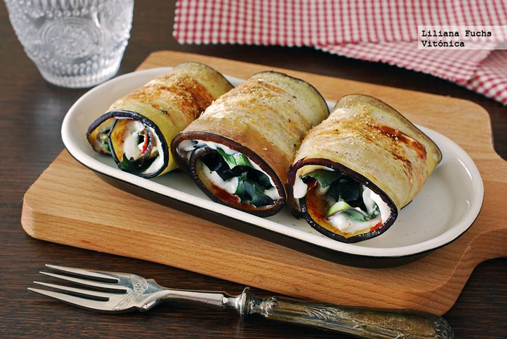 Receta de rollitos de berenjena rellenos de tomate, queso y col kale. Con fotos del paso a paso, consejos y sugerencias de degustación. Recetas sa...