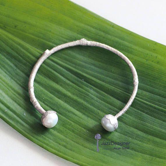 Retrouvez cet article dans ma boutique Etsy https://www.etsy.com/ca-fr/listing/517842679/bracelet-manchette-perle-bracelet