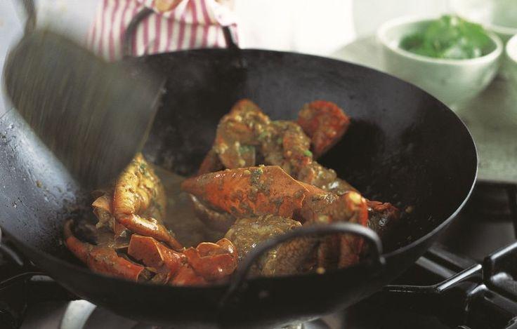 Αυτή η συνταγή με καβούρι είναι από τα λίγα ταϊλανδικά πιάτα που περιέχει σκόνη κάρι ως κύριο αρωματικό.