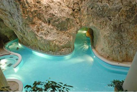 Оздоровительный туризм. Термальный курорт Мишкольц-Тапольца. Купание в пещерах круглый год. Лечебная вода. Открытые и закрытые бассейны.