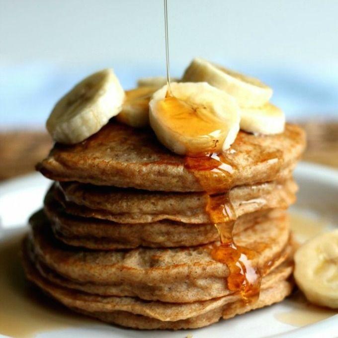 Je denkt misschien eerder aan ontbijt maar deze havermout pannenkoeken zonder ei kun je prima als lunch eten. Lekker met maple siroop of verwarmt fruit.