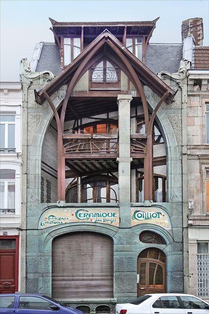 La Maison Coilliot conçue par Hector Guimard à Lille  Construite entre 1898 et 1900 sur les plans de l'architecte d'art Hector Guimard, la maison Coilliot est un manifeste de l'Art Nouveau.  Elle a été imaginée à la demande du céramiste Coilliot, soucieux de mettre en valeur son propre savoir-faire : la lave émaillée.  Hector Guimard réalise une maison-affiche où le matériau vert est mis en valeur pour en faire cette façade atypique, comprenant toutes les caractéristiques de l'art nouveau à…