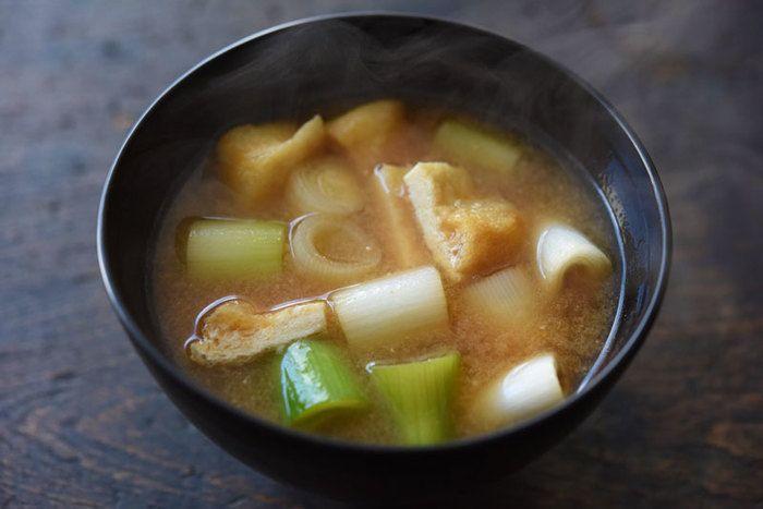 ネギと油揚げだけというシンプルなお味噌汁。旬の時期のネギはとっても甘くて美味しいですよ。体も温まります♪