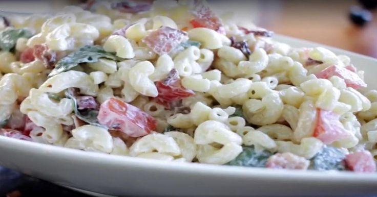 Un peu de bacon bien croustillant et obtenez une version BLT de la traditionnelle salade de macaroni