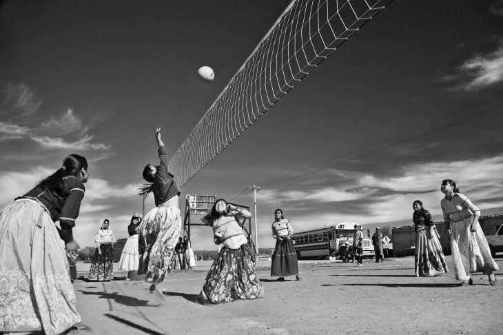 Nombre: Huicholas Volibolistas II Autor: Alexandro Bolaños Lugar: Distrito Federal Premio: Tercer Lugar Blanco Y Negro  Descripción: Partido de Voleibol organizado por la comunidad huichol de San Andrés Cohamiata