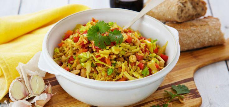 """Kjøp Nasi Goreng-gryte og resten av ukeshandelen med ett klikk! Nasi Goreng betyr """"stekt ris"""" på indonesisk, og er en kjempegod gryte å lage hvis du vil ha en """"grønn dag"""". Den stekte hodekålen og peanøttene setter preg på gryteretten, og den er kjempegod med godt brød til."""