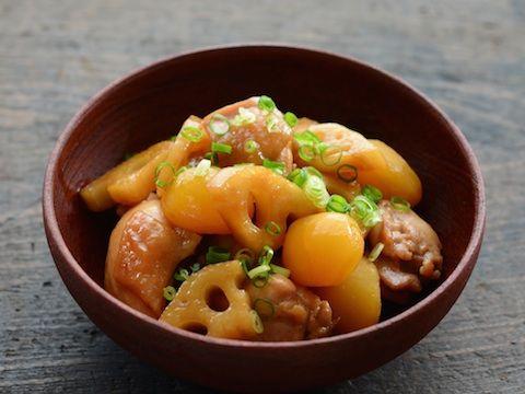栗の甘露煮はしょうゆ味の煮物の具にするのもおすすめ。今回は鶏もも肉、れんこん、栗の甘露煮を合わせて、ごはんが進むような甘辛味の煮物にします。栗の甘露煮のみつを味付けに使うことで、栗の風味と煮物の味わいがよく馴染んだ仕上がりになってくれます。