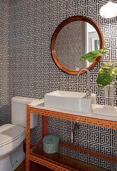 O lavabo tem bancada de Silestone apoiada em estante metálica de escritório. Na parede, papel geométrico, comprado pela moradora em Buenos Aires. Projeto do arquiteto Maurício Arruda. Foto: Revista Casa e Jardim