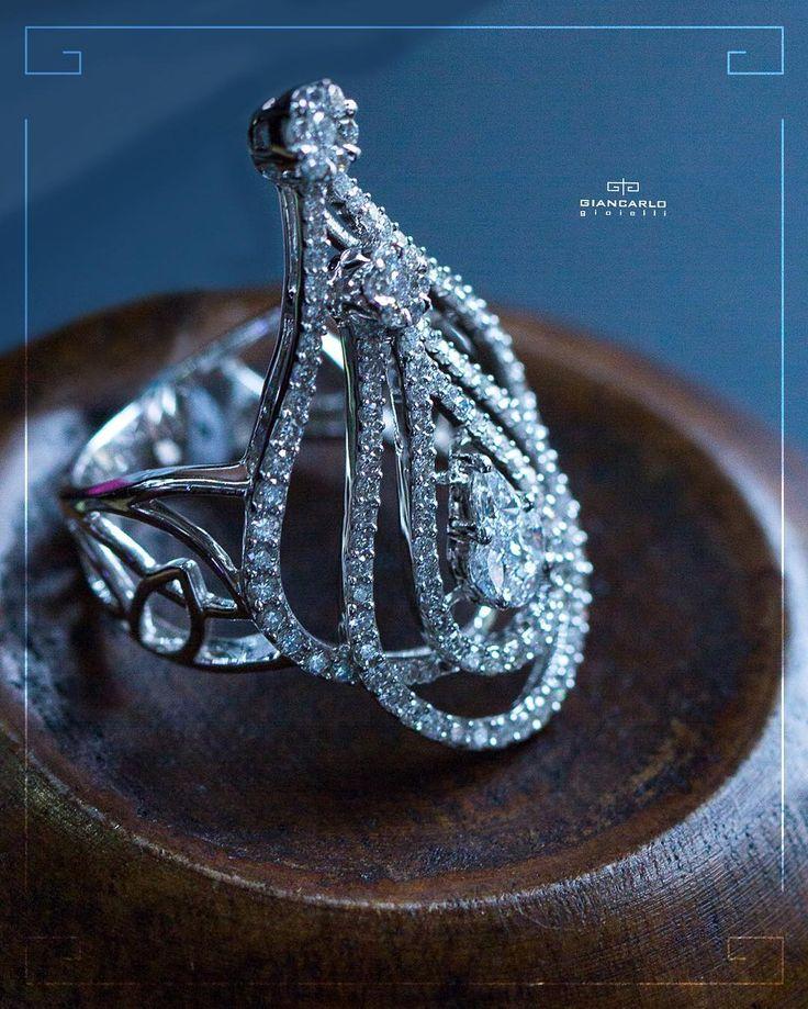 Ничто не кричит о романтике громче чем сногсшибательная композиция этого великолепного кольца из белого золота со сверкающими крупными бриллиантами в окружении россыпи более мелких камней! Это изысканное кольцо - роскошь покоряющая с первого взгляда!  Белое золото вес -903 проба -750 Бриллианты 153 к./133 шт  #jewelry #diamonds #ring #necklace #pendant #bracelet #earrings #beauty #women #giancarlogioielli #vscogood #vscobaku #vscocam #vscobaku #vscoazerbaijan #instadaily #bakupeople…