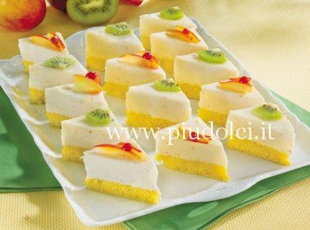 triangolini con mousse di yogurt e pesche