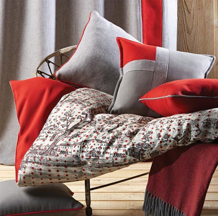 Plaid rouge bordeaux en laine d'agneau et coussins rouges pour une ambiance cocooning.  #déco #plaid #coussins #rouge