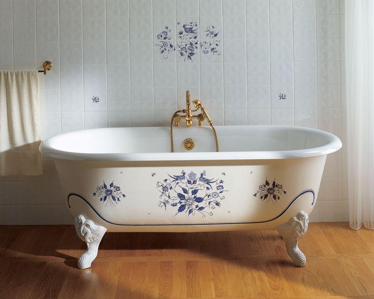 Badkar no10,2 F&B Classic Fristående gjutjärnsbadkar med tassar. Här med handmålad blå dekor.