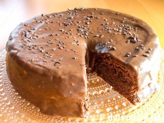 """""""Café Stings sjokoladekake"""" er en killer sjokoladekake - myk og saftig med en helt fantastisk god sjokoladekrem! Jeg fant oppskriften på nettet for mange år siden, og kaken skal etter sigende stamme fra Café Sting i Stavanger. Hvorvidt dette er originalen eller ikke strides de lærde, men dette er uansett blitt en av de aller mest besøkte kakeoppskriftene her på Det søte liv! Knallgod sjokoladekake - og her er den fantastiske oppskriften!"""