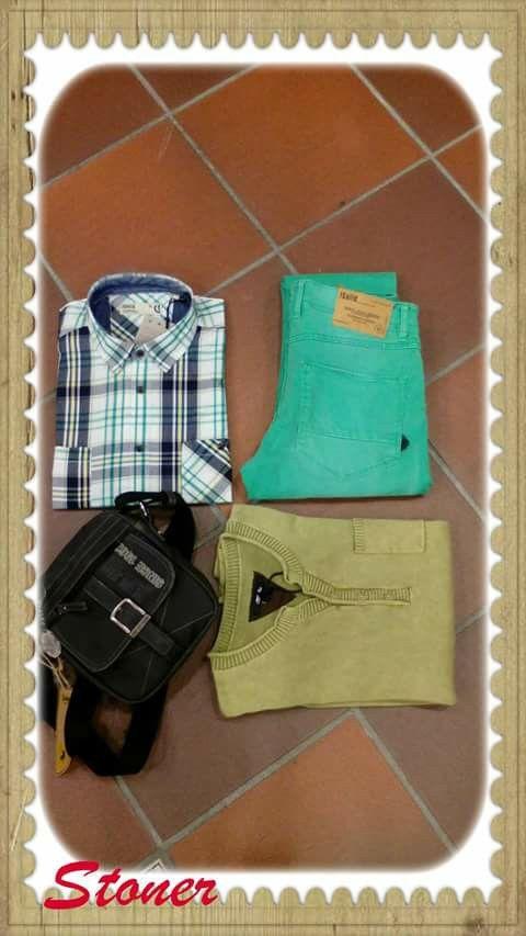 Outfit chico tonos verdes:. camisa cuadros, jersey fino, pantalón verde y bolso Lois