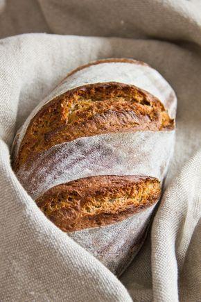 Herzhaftes, knuspriges und sehr aromatisches Schweizer Ruchbrot mit sehr wenig Hefe. Braucht 2 Tage Vorlaufzeit (bei wenig Arbeit) und ist am 3. Tag mit ebenso wenig Aufwand in 2 Std. fertig. Rezept ergibt ein kleines Brot von ca. 600 Gramm. Es lohnt sich, gleich 2 Brote oder ein großes Brot zu backen. Letzteres braucht ca. 70 Minuten. Auch gut geeignet als Beilagenbrot, z.B für Suppen.
