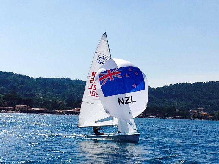 """""""Oggi al lago di Bracciano è statobellissimo incontrare la barca a vela del New Zealand"""", così mi ha raccontato Marco Midolo, Coach della squadra agonistica Optimist del Planet Sail ed…"""
