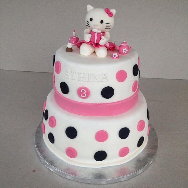 Hello Kitty nauttii teekutsuista pikku sankarin kakussa🎂 #cakeart #kakkutaide #hellokitty #cake #kakku #baking #leivonta #sokerimassa #polkadots #sokerimassakoriste #sugarmass #sugarmassdecoration #fondant #mombakes #äitileipoo