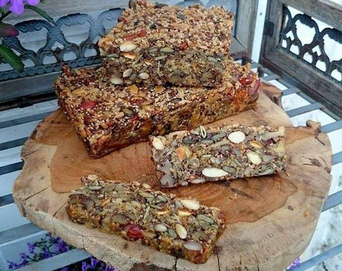Foto Cathy Van de Moortele   Dit Paleo brood zit gewoon boordevol alles wat goed voor ons is. Je kan het mooi snijden en plakjes invrieze...