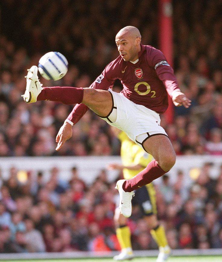 Stuart MacFarlane Henry 1st Goal 1 060401AFC Thierry Henry brings the ball down on his way to scoring his 1st, Arsenal's 2nd goal. Arsenal 5:0 Aston Villa. FA Premiership. Arsenal Stadium, Highbury, London, 1/4/06. Credit : Arsenal Football Club / Stuart MacFarlane.